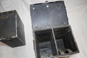2 boîtes Allemande, une à batterie et l'autre je pense pour optique. ( Don Alexandre FILIPPINI. )