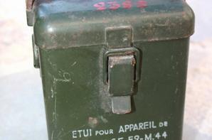 Sortie de grenier: caisse à munition Belge,....boîte de protection anti gaz WW1 et appareil de pointage de mortier de 60 FR WW2 ainsi qu'une très belle baïonnette de foyer ou parade Allemande WW2