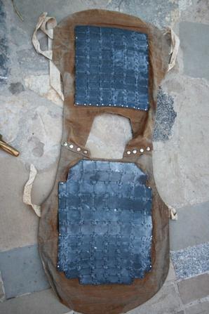Casque de pompier de Carcassonne, un sous marin en bronze et un très très rare gilet de protection de la 1er guerre !! ( vide grenier )