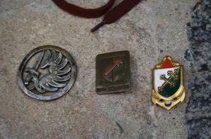 Petit vide grenier matinal, pointe de casque, insigne WW2 et Indochine, boîte bakélite Allemande WW2, brodequin de marche et de sortie Française Indochine.