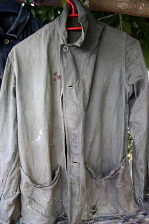 Voici les 3 vestes après lavage: une Allemande( je pense à une Kriegsmarine ) une modèle 41 US, par contre au niveau du col et des poches ce rajout de tissu rouge, si info ?? Et la 3em une marine corps.