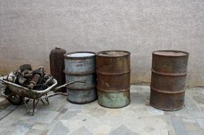 Fût de 200 L US et un Allemand, 2 bouteilles d'acétylène pour Diamond, Ridelles pour remorque + GMC, pièce pour char Sherman, Patton et EBR etc etc.( lot de Marseille)