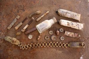 Objets de fouilles après nettoyage, une belle surprise cette petite tête de mort (SI INFO) boutons, dentifrice et détonateur All. ( Don de Frederic Couzi )