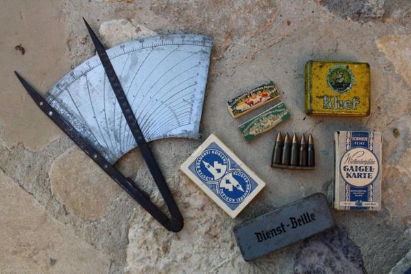 Objets Allemand WW2 ;Compas de navigation de la LW , paquet de cigarette,2 boîtes de feuille de cigarette, 2 jeux de cartes, boîte pour lunette et une barrette de 5 cartouches pour  STG 44.