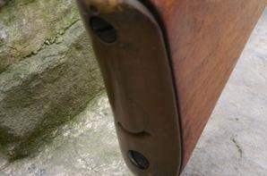 Sten MK5. Le nom Sten provient de la contraction du nom des créateurs Shepherd et Turpin ainsi que du fabricant Enfield. Apparue à partir de 1944, la version MK5 était mieux finie avec une cross et une poignée en bois. ( ici manquante ) calibre 9 mm pour une longueur de 762 mm capacité chargeur 32 coups.( arme neutralisée St Etienne )