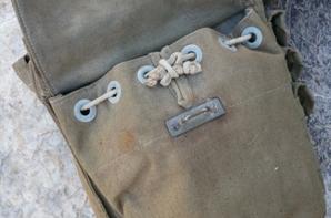 Sacoches spécifique du sapeur sont taillées dans une toile vert olive, souple et résistante. La sacoche de gauche présente 2 compartiments intérieurs, avec chacun une charge d'un kilo d'explosif, 4 pochettes à munitions sont placées sur l'avant. Les 2 sacoches de hanche sont retenues au ceinturon par 2 larges passants de toile,et maintenues en place par un sanglon les reliant l'une à l'autre. La sacoche de droite contient le masque à gaz, ainsi placé pour un accès facile et rapide. La fermeture du compartiment est renforcée d'une cordelette de serrage. Le compartiment principal recèle 3 kilos d'explosifs. Les 4 pochettes fermées par pressions sur l'avant contiennent de l'arme individuelle. La fermeture des compartiments de la sacoche est assurée par une languette de toile à bout renforcé de métal, cousue sur les pattes et passant dans une boucle métallique.