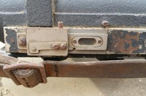 Télémètre Flack, Entfernungsmesser Em. R.1m. Ce télémètre portable était utilisé par les unités de la Flack avec canons de 2cm ou 3,7cm.Support de télémètre et cordon d'éclairage du réticule de visée.