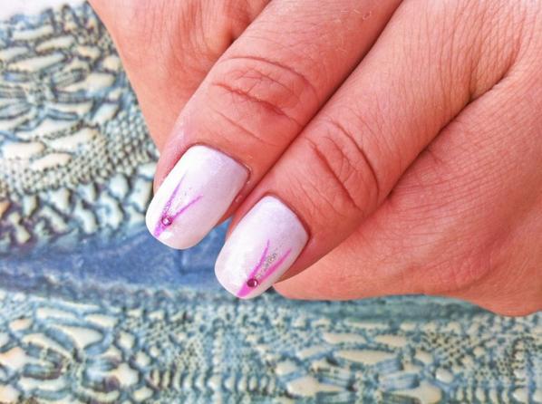 ongle gel blanc nacree gel fluo rose et decor