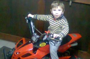voici le plus grand de mes fils avec son cadeau de noel ...