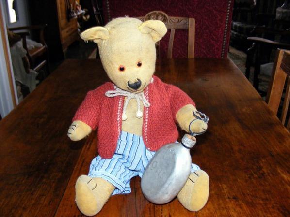 Un petit ours viens d'arrivé,avec son petit bidon et ces vêtementsil s'appelle Chipy++