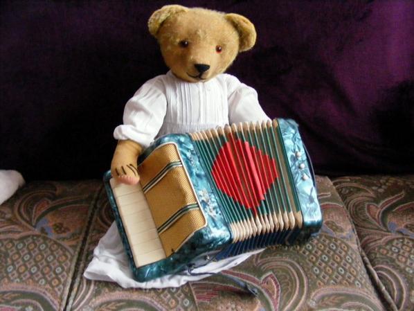 Dans se temps sombre mon ours vous envoi un petit air d'accordéon++++