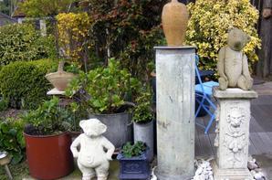 Je vous montre dernier ours ,il viens de trouvé sa place dans notre jardin  il se nomme jules il est très lourd en pierre+++