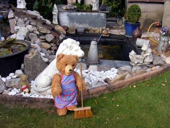 Mon petit jardinier à du travail pour le moment au jardin++++