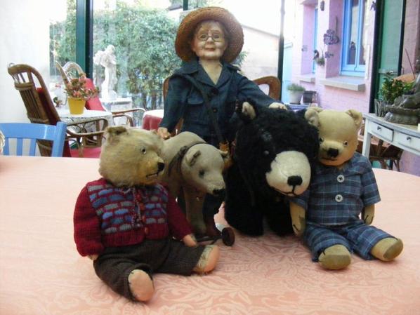 Grand mère entourez de ces ours++++++