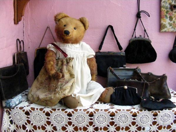 Gustave  avec sa collection des vieux sac à main ++++