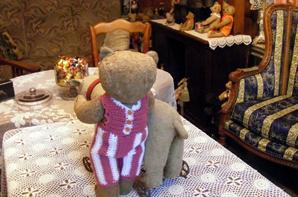 Un petit coucou à vous tous de mon ours Schubert qui montre sa barboteuse ++++