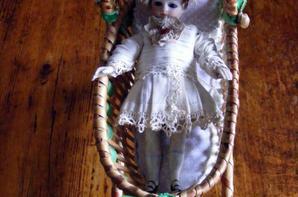 Ma petite trouvaille que j'adore le petit berceau pour ma petite mignonnette de Jumeau que je possède depuis 2001+++