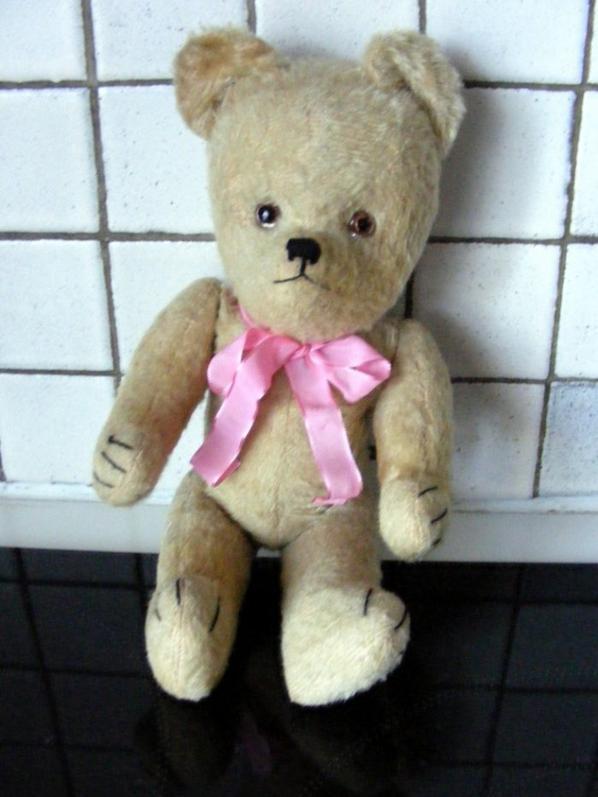 Voici mon petit ours je pense Français qui fait de la musique à remonter.