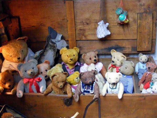 Un petit coucou du soir de mes ours dans le vieux coffre+++++