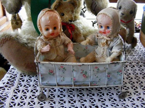 Mes trouvailles de Wambrechies ,charment petit lit et deux poupées,