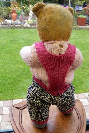 Bonjour je suis Barnabi,ma maman à finis mon tricot je suis contant il commence à faire froid+++