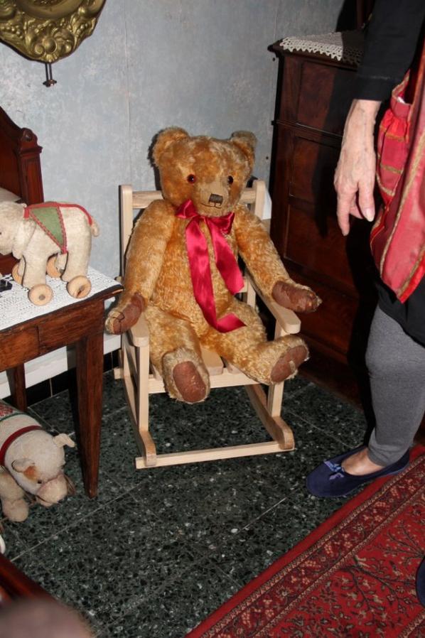 Je vous montre mon cadeau de mon petit fils le rocking-chair qui à fait lui même pour mes ours +