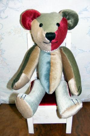 Je viens de terminé mon ours Renato un ours de toutes les couleurs.