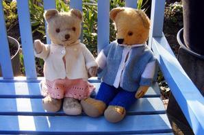 Je vous montre mes deux petits ours Carl et Horace dans notre jardin au soleil+++