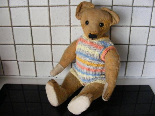 Mon petit Nelson vous montre son tricots que je viens de terminé