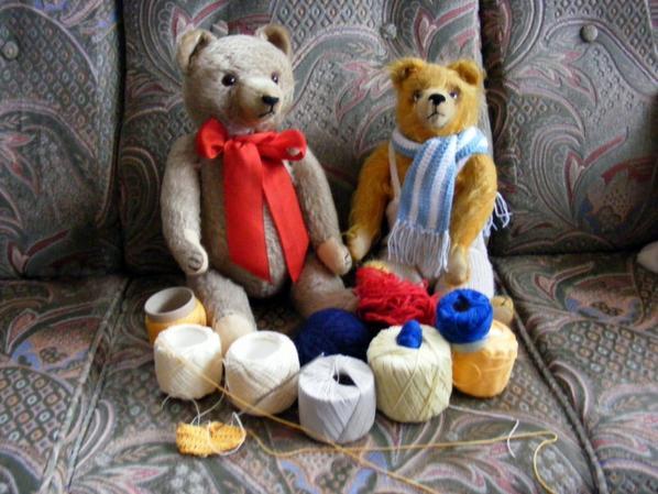 William montre sa belle écharpe,mon karlo choisi sa couleur.