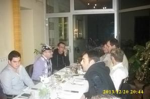 réunion de pêcheurs autour d'une table