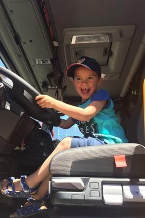 Mes fils dans le camion Pompier
