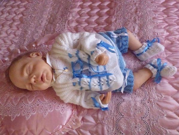 annie et lilian dans une belle layette tricotée main par une amie