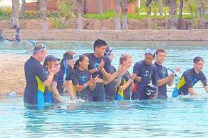 14.04.13 : Kelsey, Nareesha et Tom,  Jay,siva , nathan  sont allés nager avec les dauphins