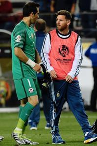 Lionel Messi & Claudio Bravo lors du Match Argentine 2 - 1 chili (Copa America)