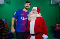 Les joueurs du Barça avec le père noel