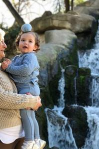 Althéa & Adara Rakitic avec leur grand-mère