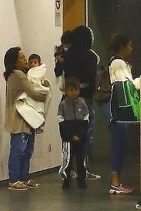 Famille Messi & Suarez à l'aeroport