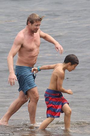 |15.12.2013| Simon Baker aperçu à Bondi Beach avec sa famille