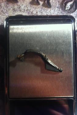 Petite fibule à charnière en bronze avec traces d'argenture vers IIème - 5ème siècles après J-C.