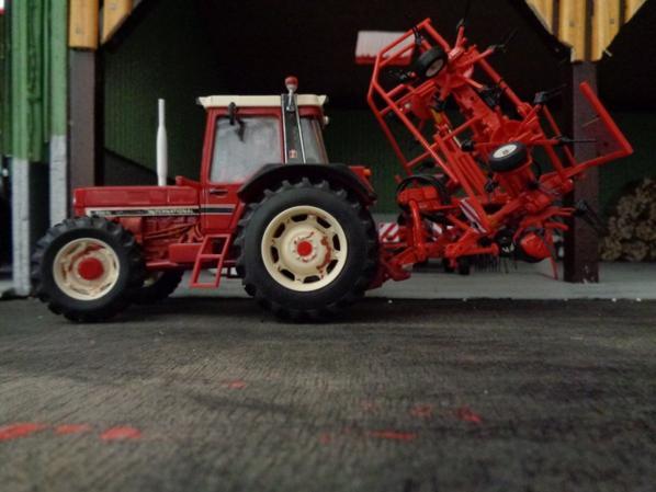 956xl avec la faneuse Kuhn GF6502 6 toupies