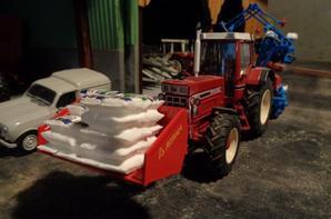 Semis du maïs avec le International 1455xl et le semoir Monosem Monograine NG 4 Plus 8 rangs et la bennette Agram pour les sacs de semence