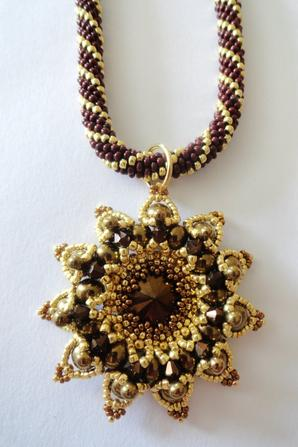 Broche, collier, le granada s'adapte ...