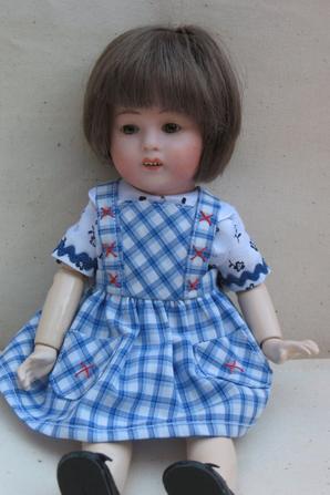 Un petit tablier inspiré d'un modèle pour Bleuette
