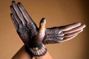 Ce n'est pas un adieu c'est juste un au revoir  Nos internationales battront toujours l'espoir  Et si nos frères tombent nous chanterons leur mémoire  Et si c'est sous les bombes que s'écrit notre histoire  Nous resserrerons nos rangs nous planterons nos croix  Nous combattrons les vents toi qui nous combattra  Comme un oiseau blessé dans la nuit volera  Mon oiseau liberté qui repart au combat S'il faut mourir d'amour mourir de liberté  Partir comme un oiseau qui s'en est envolé  Alors oui que je meurs comme un drapeau dressé  Une rose tendue face aux fusils pointés  Une rose en martyr pour nos humanités  Juste un bouquet d'amour pour nos amis tombés  Qui n'ont oui que leur fleur à offrir au bûcher  Qu'une fleur à leur tendre à ces fusils pointés Que se lèvent tous ceux qui ont le même dieu sur terre  Puisque le dieu des dieux oui c'est d'aimer son frère  Quelle que soit la douleur des blessures de nos âmes  De mon pays qui pleure quand on touche à la flamme  Quels que soient les cimetières enfants de notre patrie  La force des lumières tire plus loin qu'un fusil  Mon pays des lumières il est l'heure de s'unir  Ton drapeau triste France il est l'heure de brandir  Que flotte pour toujours de ce vendredi noir  Mon pays liberté le drapeau de l'espoir Un jour l'oiseau m'a dit comme un souffle printemps  Qu'un jour prochain oui sur la terre de nos enfants  Il n'y aura plus la guerre il n'y aura plus le sang  Y'aura plus ces misères qui nous cernent à tous vents  Mon oiseau liberté ne craint pas les fusils  Il ne craint pas les balles de toutes tyrannies  Et même s'il s'envole tué par l'infamie  Renaîtra de ses cendres mon oiseau infini Il repart au combat sous le ciel de novembre  La lumière renaîtra pour de meilleurs septembres  Il repart au combat face à l'ombre des nues Il repart au combat contre la triste vie  Il vole sur les plaines il s'en va triste plume  Sous le chant de nos peines sous le chant de la lune  Au vent soufflant les terres qu'on martèle à l'enclume  