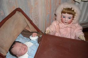 Mamoune, Mamoune, je ne vois pas le bébé, je veux le voir, il est tellement beau et petit, fait moi monter sur le banc, ah voilà, je peux l'admirer maintenant, merci Mamoune !