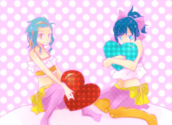 Les filles et les coussins en coeur