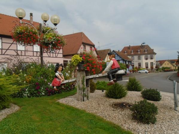 Village de Dieboldsheim , rond point animé par la balancoire du couple Alsacien