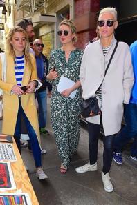 Dianna était en ballade à Soho hier aprem avec des amis. Elle c'est même arrêtée pour acheter un Script de Glee :)