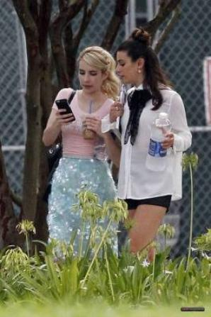 Lea et Emma Roberts sur le set de Scream Queens mardi :)